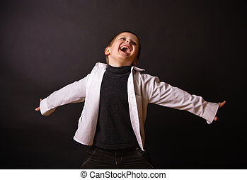 alegre, niño, en, un, fondo negro