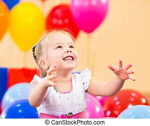 alegre, niño, niña, en, fiesta de cumpleaños