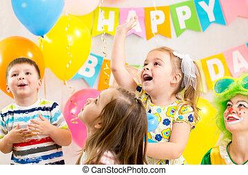 alegre, niños, grupo, con, payaso, celebrar, fiesta de cumpleaños