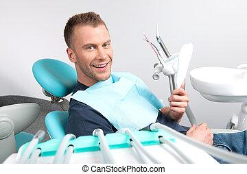 alegre, paciente, oficina, Sentado, oficina,  dental, joven, Mirar, Dentista, cámara, silla, hombre