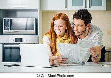 alegre, par jovem, calculando, seu, contas, casa