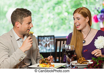 alegre, pareja, comer juntos