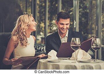 alegre, pareja, con, menú, en, un, restaurante