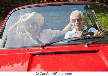 alegre, pareja madura, en, rojo, cabriolet
