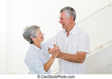 alegre, pareja mayor, juntos, bailando