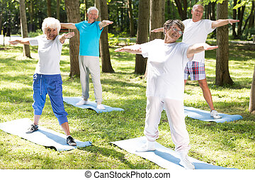 alegre, pessoas anciãs, fazendo, ioga