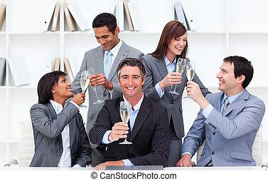 alegre, pessoas negócio, brindar, com, champanhe