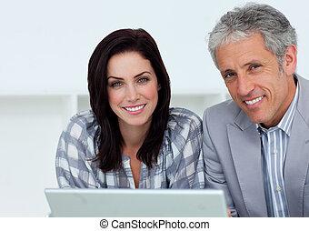alegre, pessoas negócio, trabalhar, um, computador