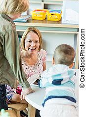 alegre, profesor, con, niños, en, biblioteca
