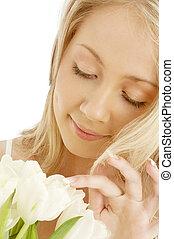 alegre, rubio, con, blanco, tulipanes