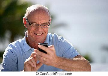 alegre, sênior, enviando, mensagem texto