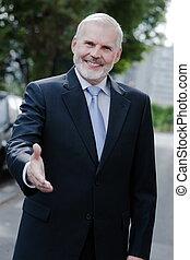 alegre, saludar, retrato mayor, hombre de negocios