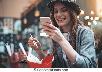 alegre, senhora, é, usando, telefone, durante, refeição