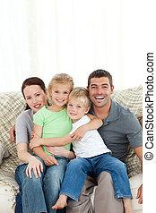 alegre, sofá, família, sentando