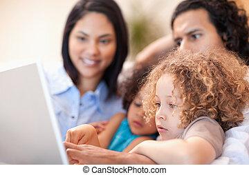 alegre, usando computador portátil, família, junto
