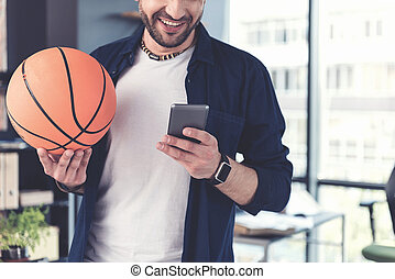 alegre, usando, sujeito, smartphone, elegante