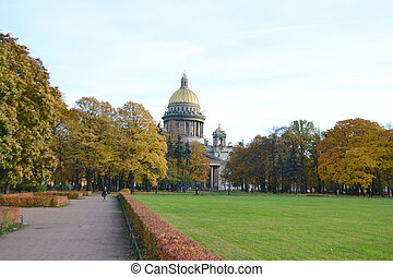 Alexander Garden and St.Isaacs Cathedral in autumn day. -...