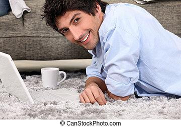 alfombra, café, computadora, acostado, hombre