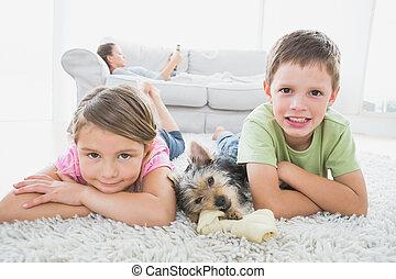 alfombra, hermanos, sonriente, cámara, acostado, terrier,...
