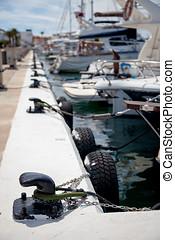 algunos, barcos, amarrado, a, negro, bollards, en, un,...