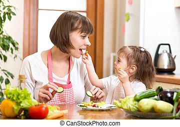 alimentation, fille, légumes, mère, cuisine, gosse