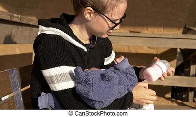 alimentation, séance, banc, préparer, mère, bébé, formule