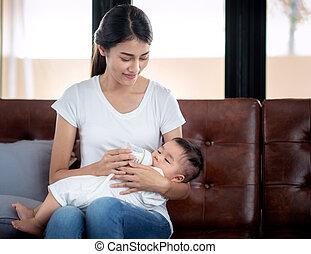 alimentazione, lei, asiatico, bottiglia, madre, bambino, latte