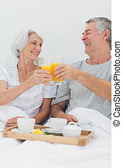 allegro, coppia, clinking, loro, succo arancia, occhiali