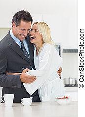 allegro, donna, abbracciare, bene vestito, uomo, in, cucina