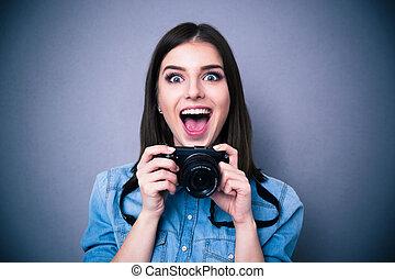 allegro, donna, macchina fotografica, giovane, presa a terra