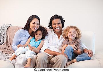 allegro, famiglia, sedendo sofà, insieme