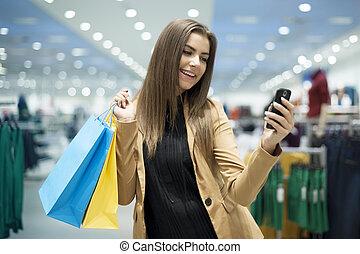 allegro, femmina, acquirente, texting, su, telefono mobile
