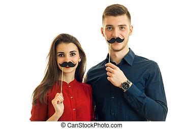 allegro, giovane coppia, divertimento, con, carta, baffi