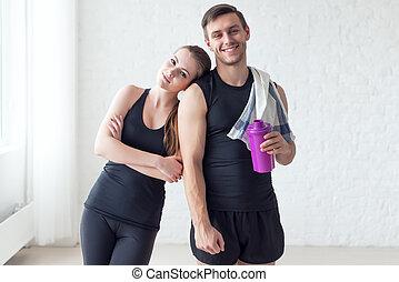 allegro, spalla, scotitoio, donna, asciugamano, bottiglia, cocktail, atletico, coppia, secondo, sportivo, acqua, presa a terra, esercizi, ritratto, proteina, o, uomo