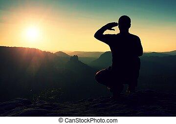 allena, sportsman, in, black., lång, vandrare, in, squatting, ställning, tycka om, synhåll, hos, solnedgång, på, bergstopp