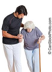 allenatore, assistere, donna camminando, bastone, presa a terra, anziano