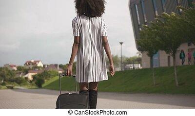 aller, concept, elle, business, élégant, dame, voyage, dos, luggage., élégant, aéroport, court, américain africain, robe, vue