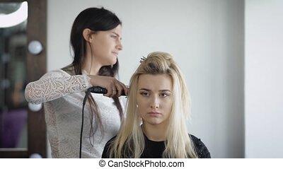 aller, poses, because, coiffeur, ceci, faire, tient, ainsi, panique, cheveux, curls., par, elle, fer, modèle, nouveau modèle, assied, racine, photographie, premier