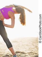 allungamento donna, giovane, idoneità, spiaggia, vista posteriore