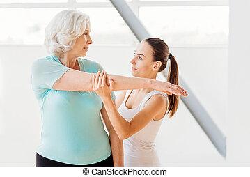 allvarlig, äldre kvinna, holdingen, henne, hand uppe