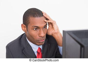 allvarlig, uppe, se, dator, nära, affärsman, afro-