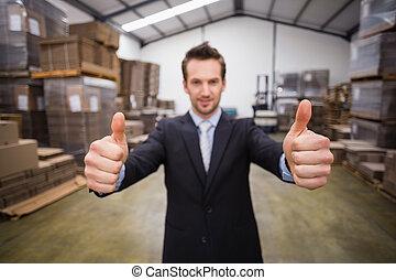 almacén, director, sonriente, en cámara del juez, actuación, pulgares arriba
