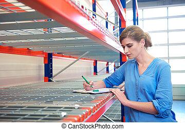 almacén, mujer de negocios, escritura, inventario, estantes