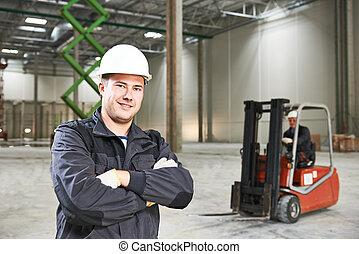 almacén, trabajador, delante de, carretilla elevadora