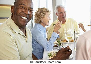 almoço, amigos, tendo, junto, restaurante