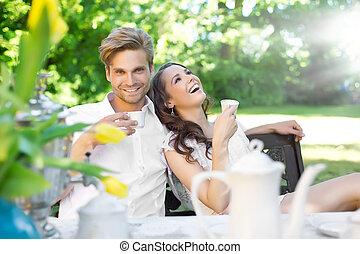 almoço, par, desfrutando, jardim, jovem