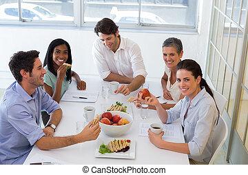 almoço, trabalhadores, desfrutando, sanduíches