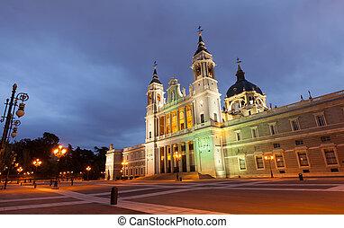 almudena, catedral, em, evening., madrid, espanha