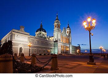 almudena, catedral, en, madrid, en, night., españa