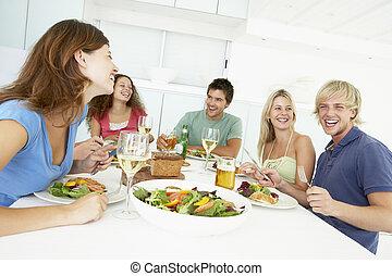 almuerzo, amigos, teniendo, juntos, hogar